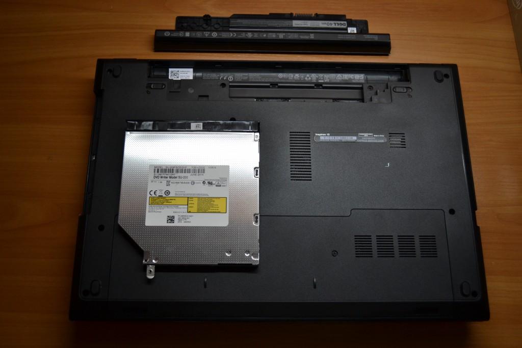 Трябва да се премести планката, която фиксира записвачката към корпуса на лаптопа, от оптичното устройство към адаптера за втори диск.